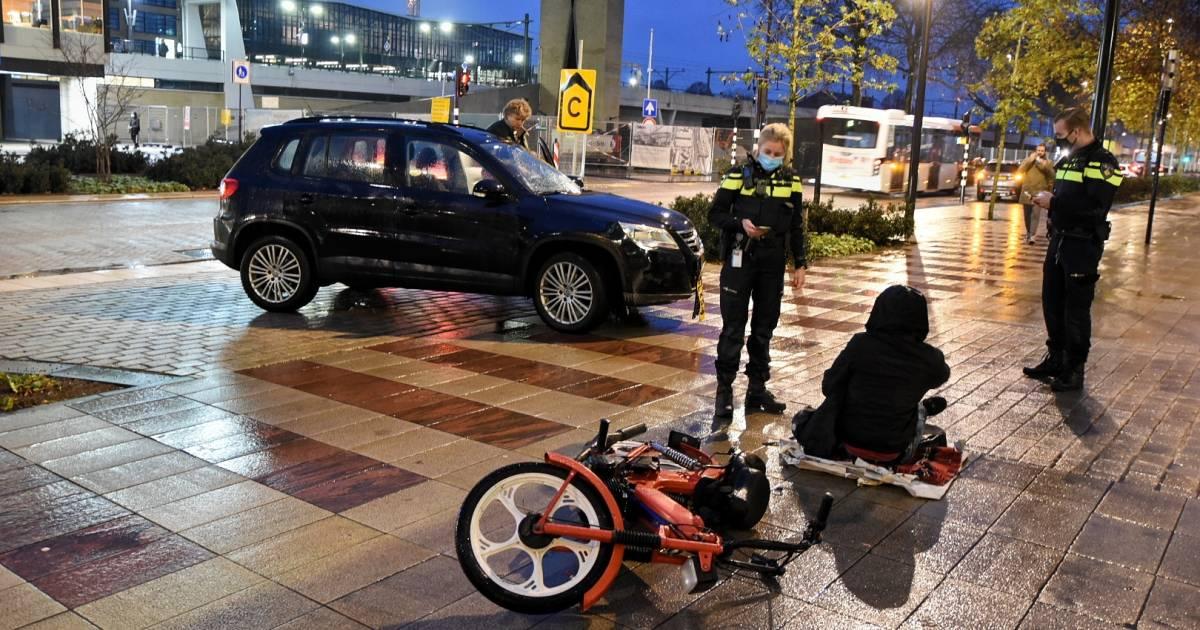Brommerrijder lichtgewond na aanrijding met auto in Tilburg.