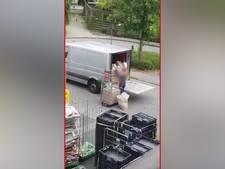 Bezorger onvoorzichtig met pakketten