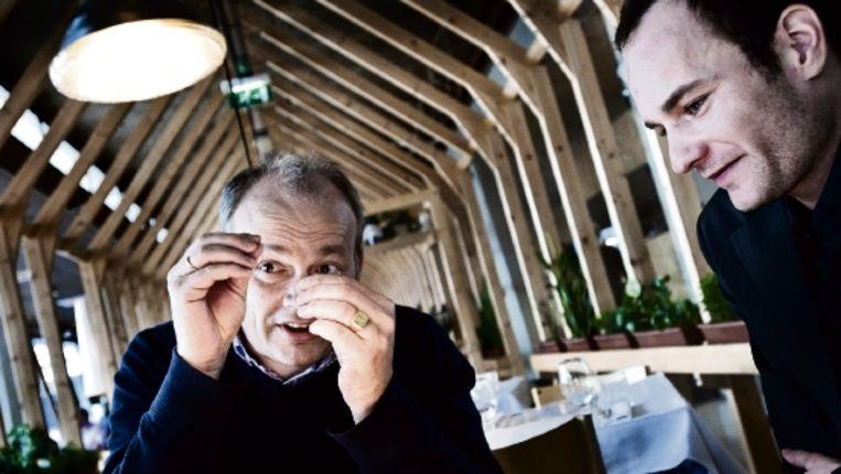Anne van Gestel (links) van BASF licht zijn standpunt over de toelaatbaarheid van genetisch veranderde aardappels toe tegen Herman van Bekkem van Greenpeace. (Patrick Post/Trouw) Beeld Patrick Post