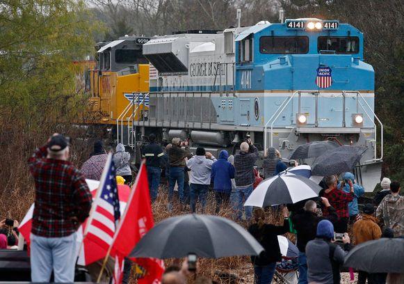 Mensen wachten de trein op in Millican, Texas.