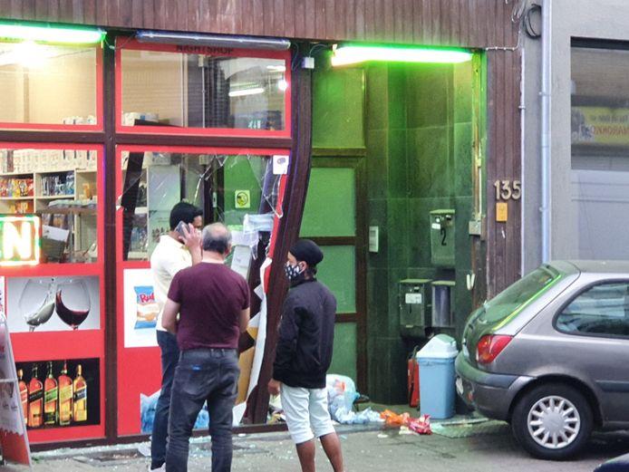 Het raam van de nachtwinkel in de Provinciestraat is verbrijzeld.