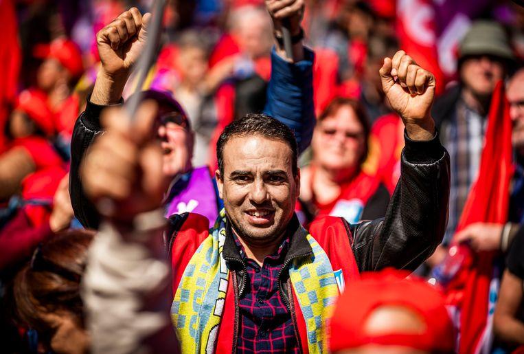 Actievoerders riepen 'actie! actie! actie!' op de stoep van het ministerie van Sociale Zaken waar minister Koolmees kantoor houdt. Beeld Freek van den Bergh