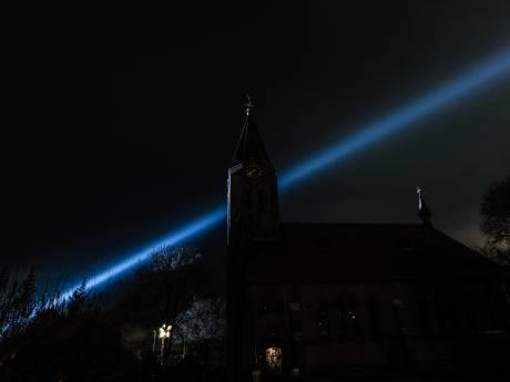 De felle lichten van het Oosterlicht doorbreken de duisternis in de Achterhoek