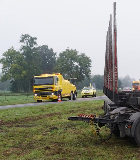 Vrachtwagen verliest aanhanger op A28