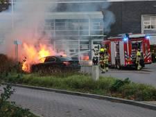 Auto op parkeerplaats ziekenhuis Tiel gaat in vlammen op