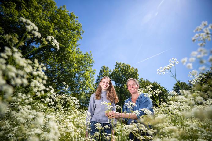 Sonne Copijn, bijendeskundige, en Yonne Hofman, leerling van de Vrije School in Zeist op de plek van het bijenveld.