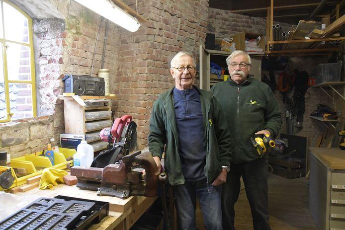 Vrijwillige klussers Ad en Martin van korenmolen De Hoop in Loenen.