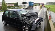 Automobilist lichtgewond na botsing met vrachtwagen