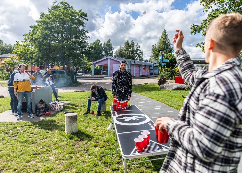 Een groep vrienden uit Osnabrück speelt bierpong op camping Zeeburg. Beeld Lin Woldendorp