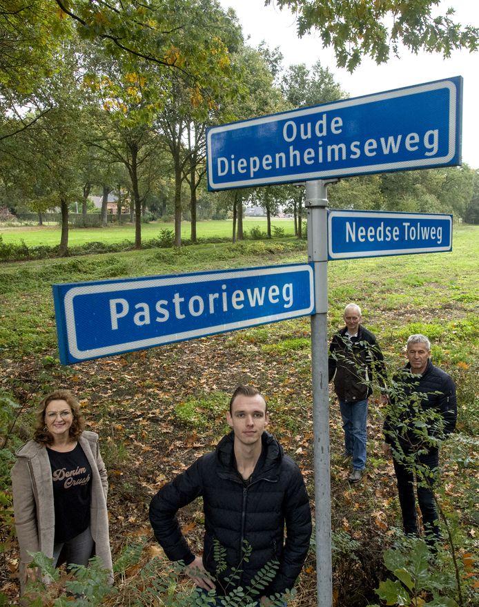 Bestuursleden van de nieuwe Stichting Vrijheidsbos Geesteren op de plek waar het herinneringsbos moet komen. Van links naar rechts: Jolanda Luimes, Siebren Kleine, Arie Hulshof en Gerard Heinemans.