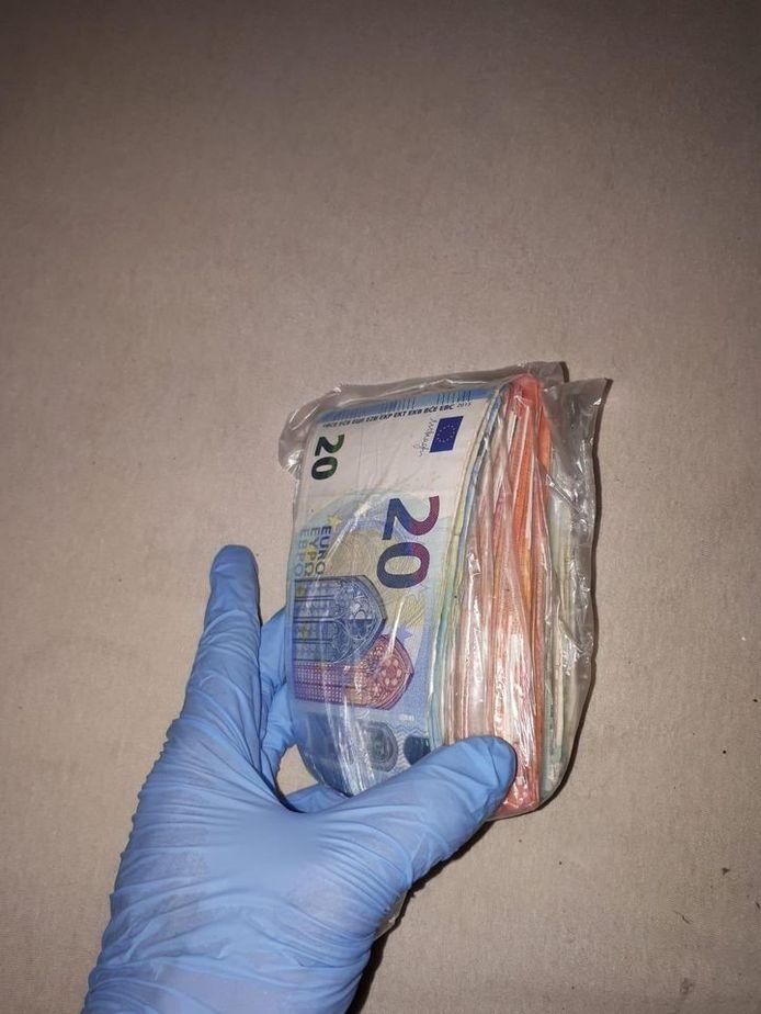 Bij de aanhouding werd ruim 10.000 euro aan munt- en briefgeld gevonden.