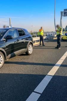 Thijs en Oscar redden zieke man op A5: Hij zat schuimbekkend achter het stuur