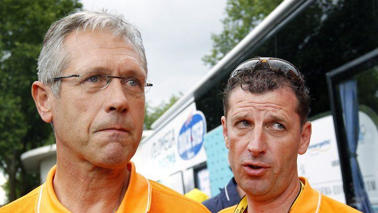 Rabobank-ploegleiders Adri van Houwelingen (links) en Frans Maassen (rechts) tijdens de Tour de France 2012. Beeld ANP