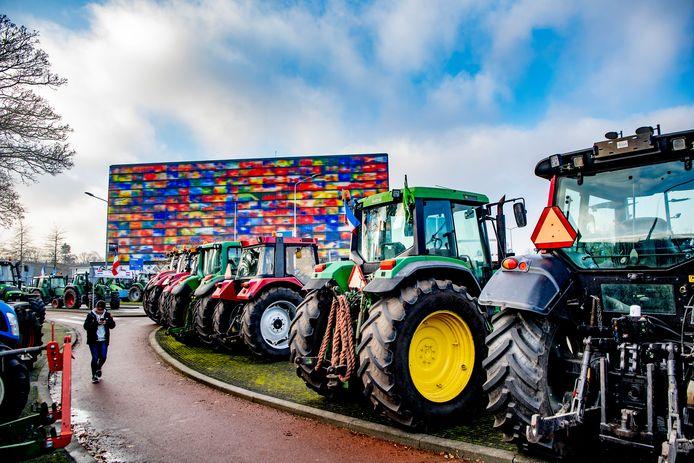Boerentrekkers blokkeerden zondag het Mediapark vanwege de Zomergasten-uitzending met minister Schouten.