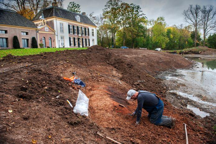 Archeologisch onderzoek op de plek van de onverwachte ontdekking op Landgoed Brakel. De rode gloed en de zwarte aarde zijn goed te zien.