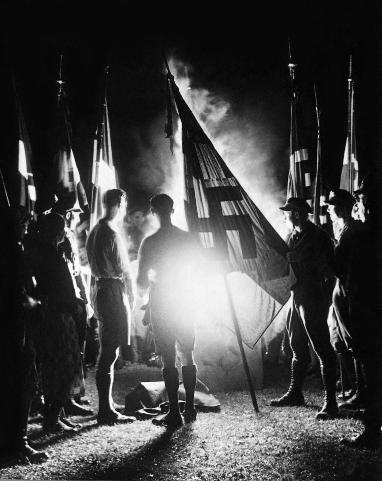 Leden van de Hitlerjeugd tijdens de viering van de zonnewende in 1934. Beeld Hollandse Hoogte / Sueddeutsche Zeitung Photo
