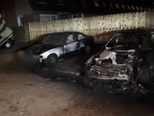 Twee auto's gaan in vlammen op, oorzaak nog onbekend
