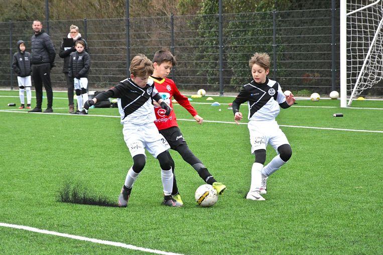 De jeugdspelers van VVEK en Mandel United in actie op de gloednieuwe mat.