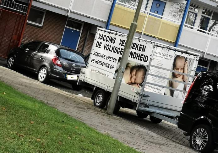 De anti-vaccinatiekar stond geparkeerd nabij wijkcentrum De Kiekmure tijdens de vaccinatiemiddag in Harderwijk.