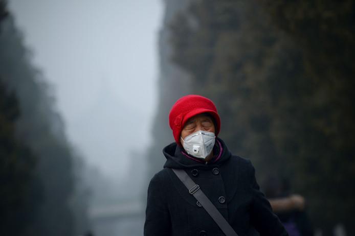 Illustration. Une femme portant un masque contre la pollution en Chine.