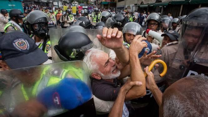 FOTO'S - ook zij ballen nog hun vuist: opa's en oma's voeren protest in Venezuela