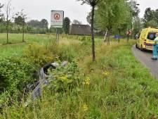 Vrouw slipt met auto uit gladde bocht en belandt in sloot in Oisterwijk