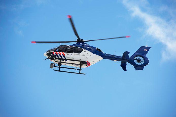 Een politiehelikopter speurde vanmiddag in Wezep na een melding van een schot of knal. De heli op de foto is overigens een andere.