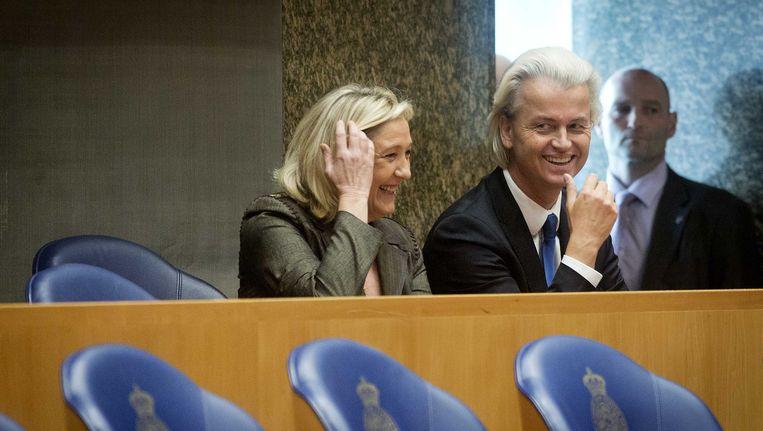 Voorzitter van het Franse Front National, Marine Le Pen, en PVV-leider Geert Wilders wonen een debat bij in de Tweede Kamer. Beeld null