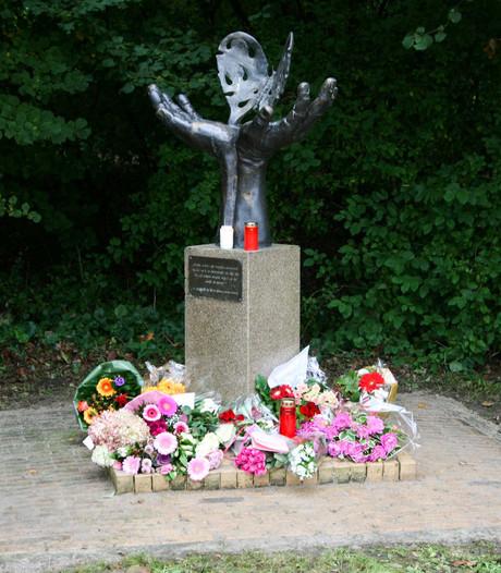 Bloemen voor Anne Faber blijven tot eind oktober liggen in Zeewolde