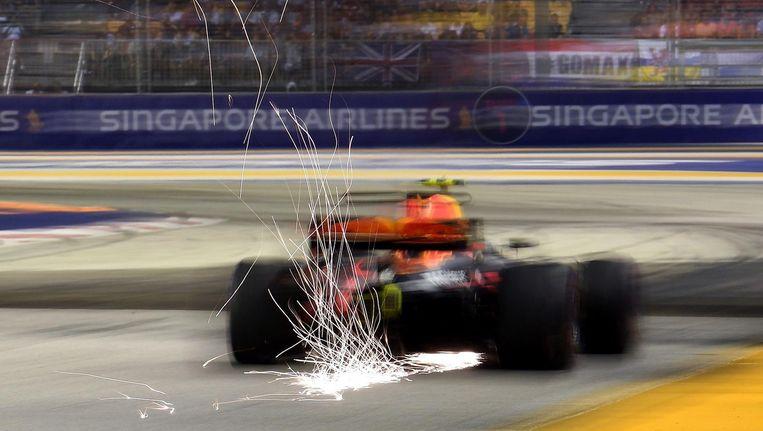 Vonken schieten weg onder de auto van Max Verstappen tijdens de Grote Prijs van Singapore in 2017. Beeld null