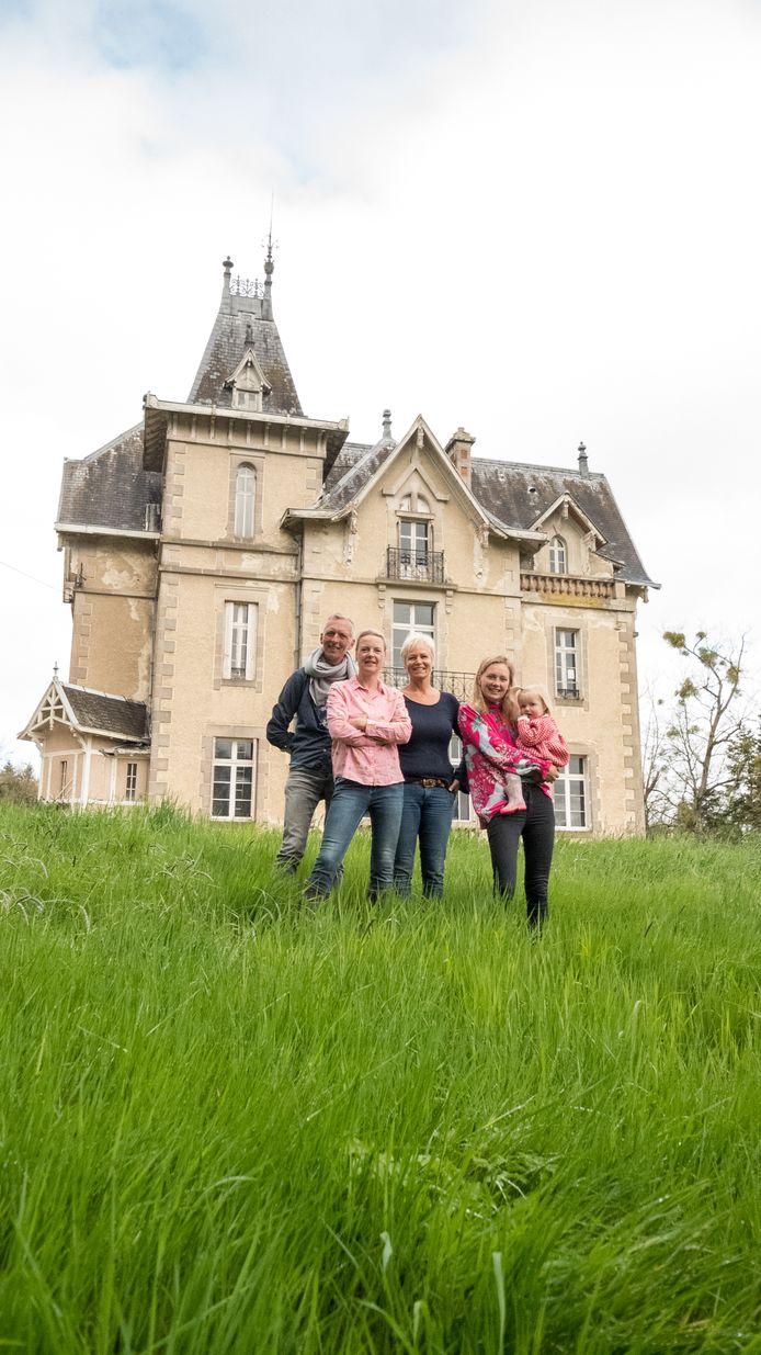 Familie Meiland voor hun kasteel.