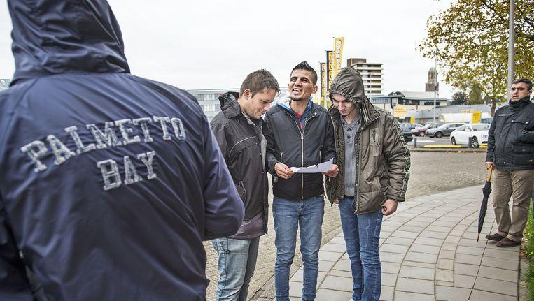 Syrische vluchtelingen lezen een brief van staatssecretaris Dijkhoff waarin gewaarschuwd wordt voor te hoge verwachtingen. Beeld null