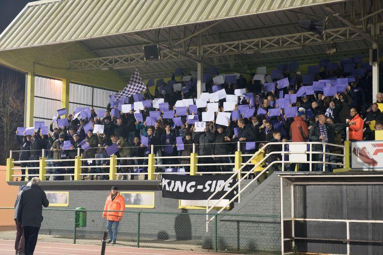 De supporters van KFCO Beerschot-Wilrijk op de tribune in Oudenaarde.