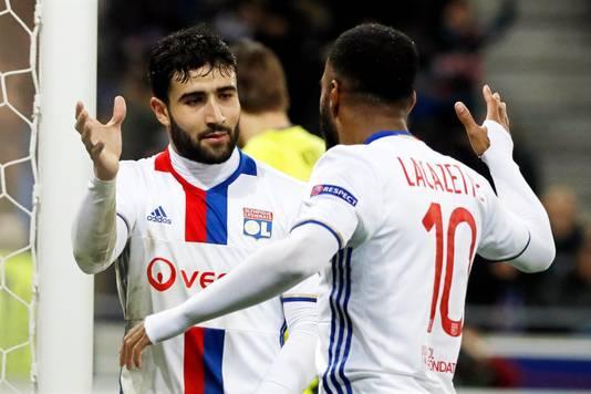 Nabil Fekir (links) in actie voor zijn club Olympique Lyon.