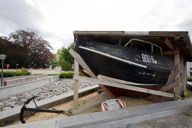 Het oude vissersschip de BOU8 ligt er maar troosteloos bij.