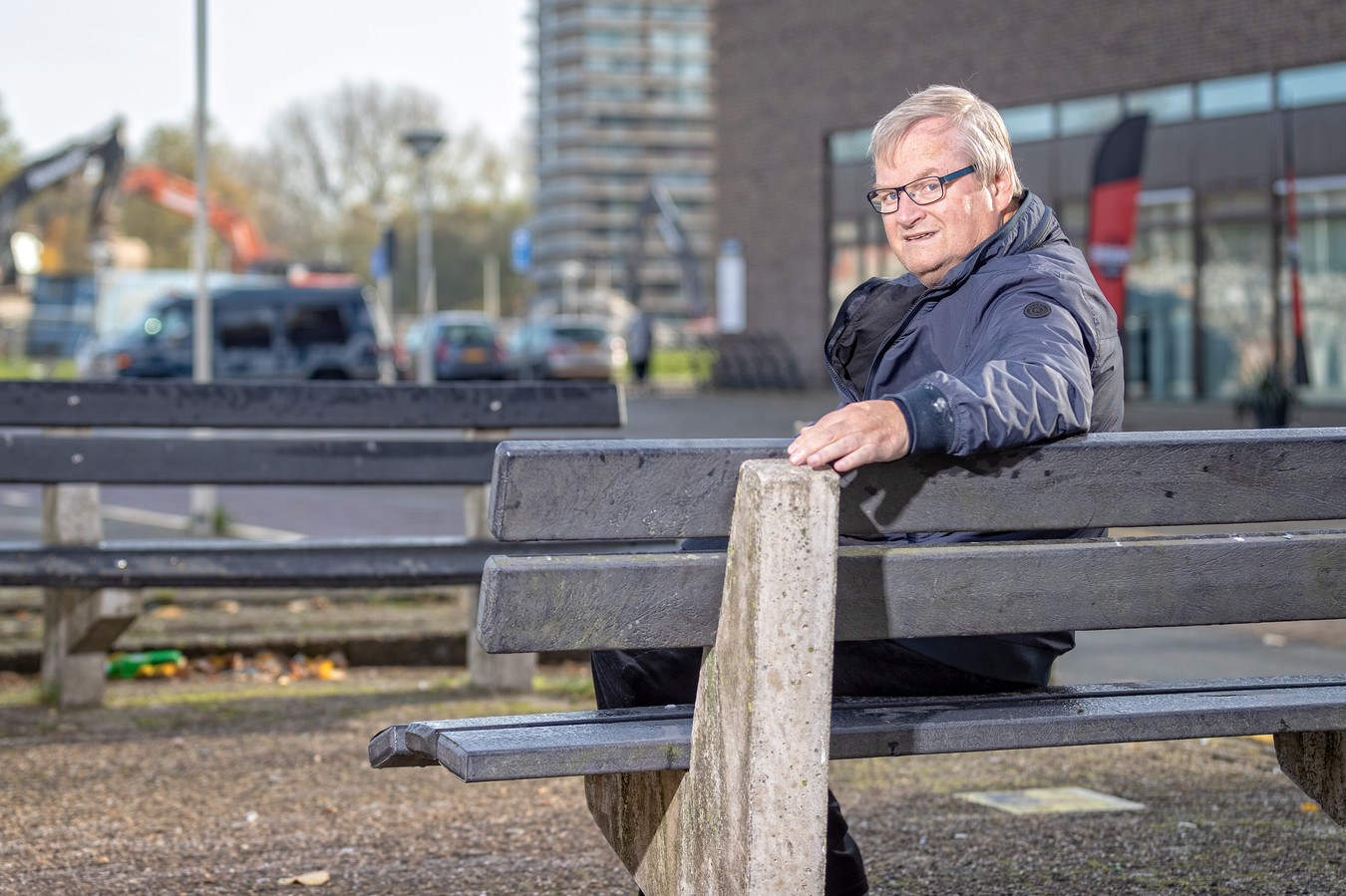 Politicus Hilbrand Nawijn op de plek waar tot voorkort nog veel jongeren overlast was.