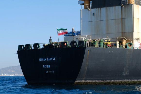 Een Iraanse vlag bovenop de Adrian Darya olietanker voor de kust van Gibraltar.