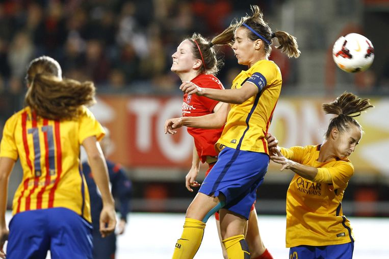 FC Twente-speelster Ellen Jansen (M) in duel met Barcelona-speelster Urdaniz. Beeld anp