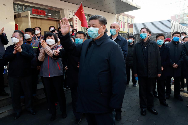 Na een periode van afwezigheid keerde president Xi eerder deze maand terug in de openbaarheid. In Peking sprak hij met burgers over het virus.