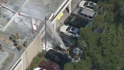 Vliegtuig crasht op dak winkelcentrum