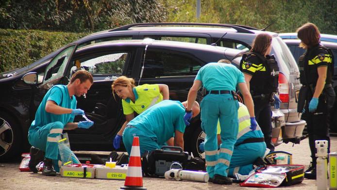 Bij het TweeSteden ziekenhuis in het Brabantse Waalwijk zijn hulpverleners bezig met een slachtoffer van een schietpartij.