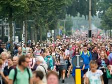 Supporters Vitesse lopen gezamenlijk 72e Airborne Wandeltocht