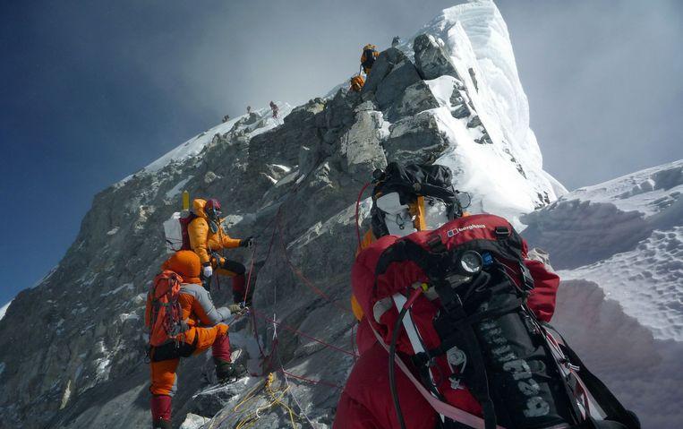 Klimmers op weg naar de top van de Mount Everest. Beeld AFP