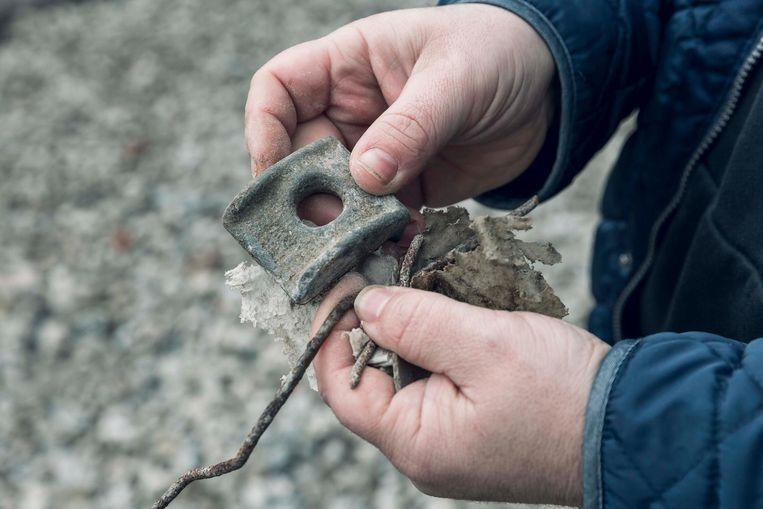 Niet alleen steengruis, maar ook hele stukken metaal werden in het puin gevonden.