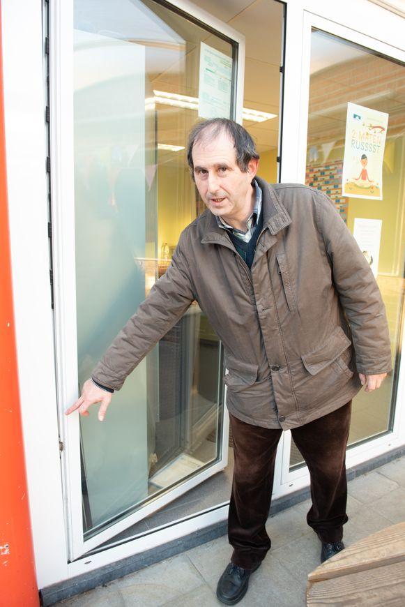 Patrick Van Herpe, directeur van de De Vrije Basisschool 2geltje in Horebeke bij het gefoceerde raam van zijn bureau.