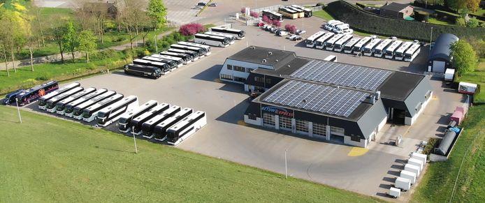 De vestiging van Betuwe Express langs de A15 in Herveld. Alle touringcars staan op de parkeerplaats.