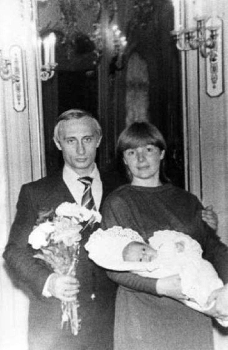 Vladimir Poetin met zijn toenmalige vrouw Lyudmila en dochter, Masha, in 1985.