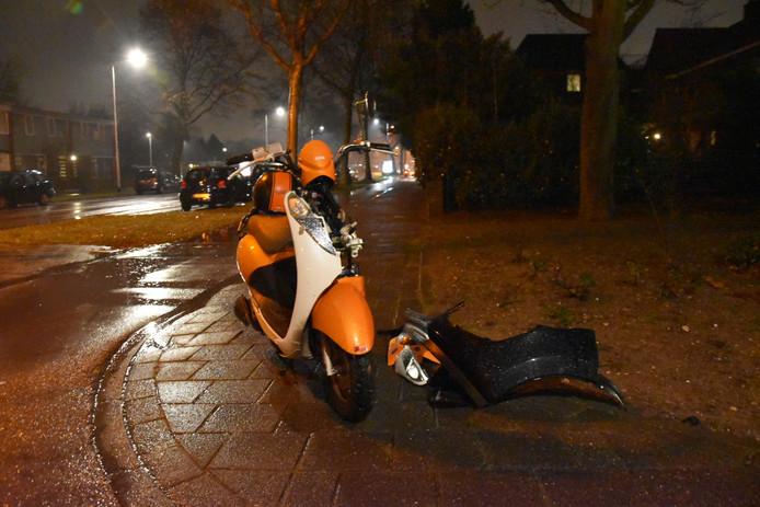 De scooterrijdster is met onbekende verwondingen naar het ziekenhuis gebracht.