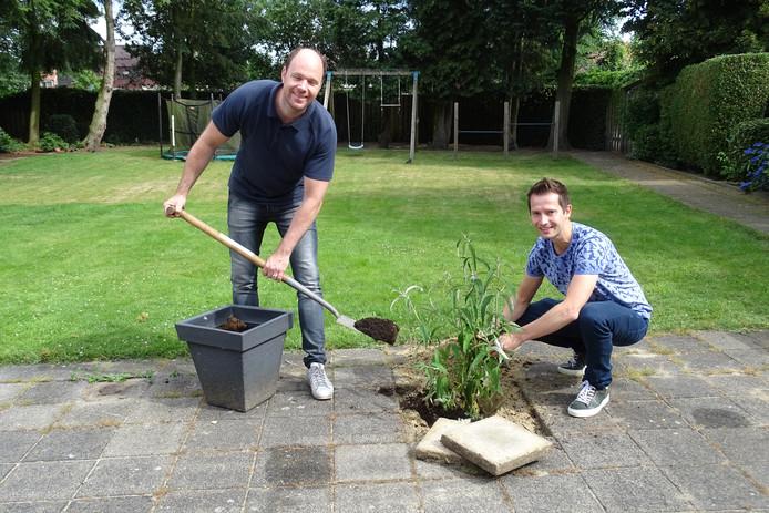 Burgemeester Ryan Palmen geeft het goede voorbeeld en vervangt een tegel in zijn tuin voor een plant.