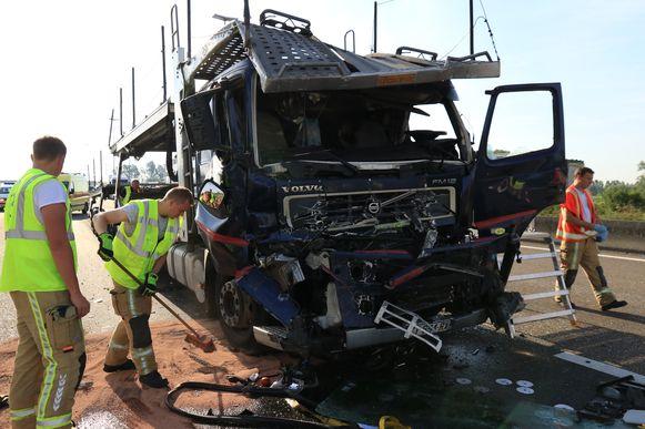 De brandweer moest de chauffeur bevrijden uit zijn totaal verhakkelde cabine.